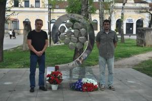 Димитрије Марковић и Никола Петровић, Покрет Реци не ЕУ испред спменика 12 беба.
