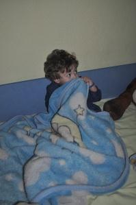 Никола ме је, држећи ме за руку,  одвео у собу у којој се, изнад његовог кревета, налази фотографије његове мајке.