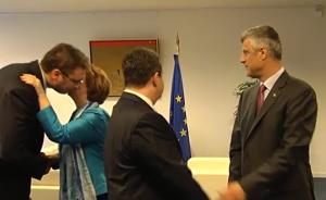 Вучић се љуби са Високом представницом Европске уније Кетрин Ештон, док се Дачић рукује са Тачијем
