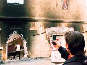 Косовски Албанац врши нужду у срушеном манастиру Светих Архангела код Призрена