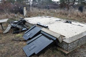 Оштећено је и уништено 5.261 надгробних споменика на 256 српских православних гробаља, док на више од педесет гробаља не постоји ниједан читав споменик, чак су из гробова ископаване и разбациване кости.