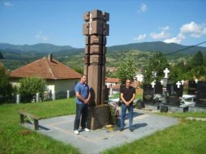 Представници Покрета Реци не ЕУ Предраг Стефановић (лево) и Димитрије Марковић (десно) испред споменика